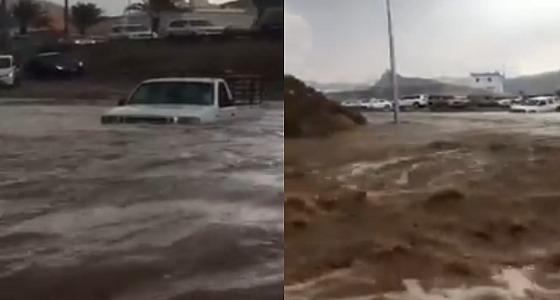 بالفيديو.. غرق المركبات في السيول بالطائف