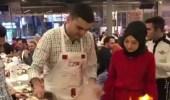 بالفيديو.. طاهي يفاجىء فتاة بهدية غير متوقعة أمام حبيبها