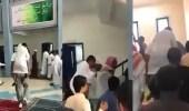 بالفيديو.. لافتة إنسانية لـ معلم يحمل طالبا معاقا في كل تنقلاته بصبيا
