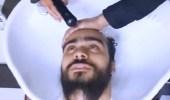 بالفيديو.. رد فعل صادم لشاب حلقت زوجته لحيته وهو نائم