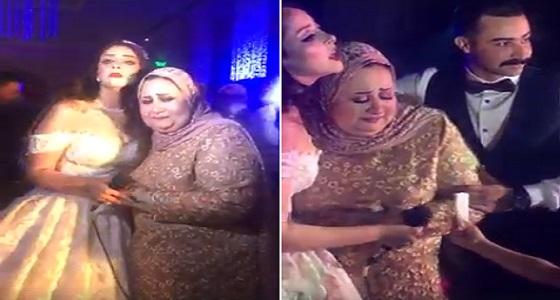 بالفيديو.. عروس فاجأ والدتها في حفل زفافها ورد فعل صادم للأخيرة