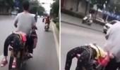 فيديو صادم لأب يعاقب ابنته بطريقة غريبة لرفضها الذهاب للمدرسة
