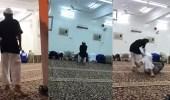 بالفيديو.. طفل ينتقم من آخر أثناء تأديته الصلاة