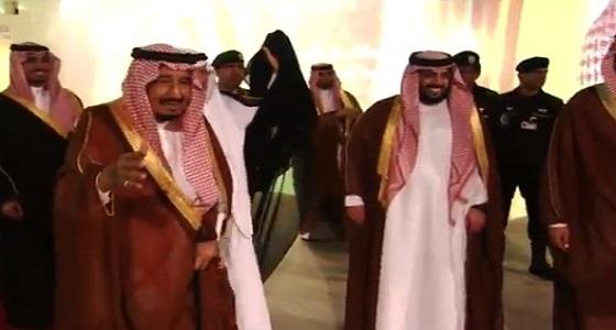 بالفيديو.. خادم الحرمين الشريفين يؤدي العرضة في ملعب الجوهرة