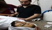 صورة مؤثرة لطبيب فلسطيني فوجئ بجثة شقيقه في مستشفى الذي يعمل به