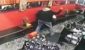 """بالفيديو.. رجل يضرب زوجته بـ """" مفك """" داخل صالون تجميل"""