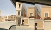 بالفيديو.. شخص يروع وافدا لحظة إطلاق صافرات الإنذار بالرياض