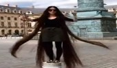 بالفيديو.. فتاة تشعل مواقع التواصل باستعراض شعرها المذهل بأحد الميادين