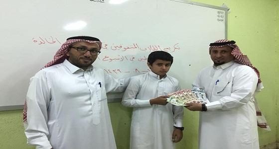 معلم يشجع الطلاب على الانضباط بمبالغ مالية من حسابه الخاص