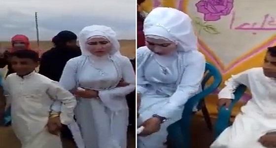 بالفيديو.. فتاة ناضجة تتزوج من طفل في حفل زفاف غريب