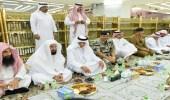 بالصور.. أمير مكة يشارك رجال الأمن إفطارهم بالمسجد الحرام