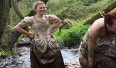 بالفيديو.. سيدات تحتفلن بطلاقهن بارتداء فساتين الزفاف والسير بها في الطين