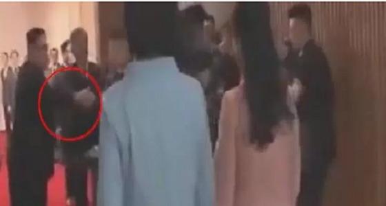 بالفيديو.. زعيم كوريا الشمالية يبعد مصور من أمام زوجته