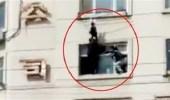 بالفيديو.. لحظة إنقاذ طفلة قبل سقوطها من شرفة مبني مرتفع