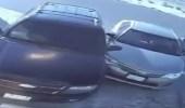 بالفيديو.. سائق يتسبب في حادث بعد محاولات عديدة للخروج من موقف السيارات