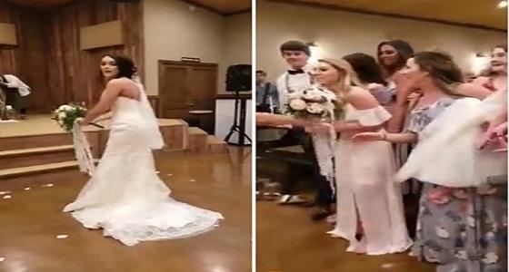 بالفيديو.. عروس تفاجأ صديقتها بهدية غير متوقعة في حفل زفافها