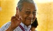 """"""" مهاتير محمد """" يعود لحكم ماليزيا ويصبح أكبر زعيم منتخب في العالم"""