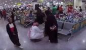 بالفيديو.. رد فعل المتسوقين على امرأة تتعدى على زوجها ووالدته بأحد المحلات