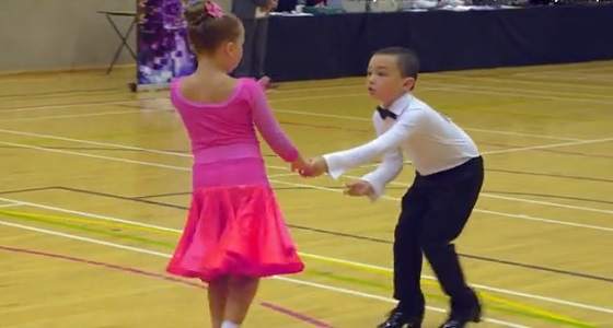 بالفيديو.. طفلان يشعلان حلبة رقص في برنامج مسابقات