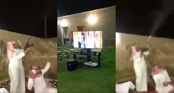 """بالفيديو.. مواطنون يطلقون النار في الهواء احتفالا بـ """" شاعر المليون """""""