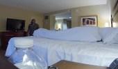 بالفيديو.. رد فعل صادم لعاملة عثرت على جثة داخل غرفة فندق