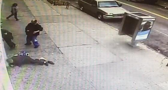 بالفيديو.. مشرد يعتدي على امرأتين مسنتين في الشارع
