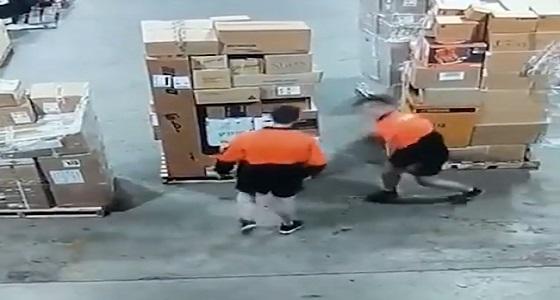 بالفيديو.. وصلة رقص طريفة لعاملان أثناء عملهما