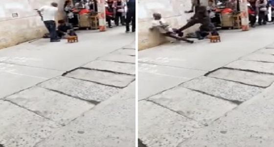 بالفيديو.. رجل يلقن شابا درسا قاسيا لاعتداءه على مشرد بوحشية