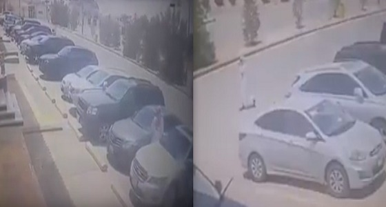 بالفيديو.. لص يخطط لسرقة جوال من داخل سيارة بالرياض