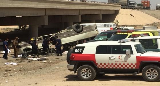 بالصور.. وفاة 9 أشخاص وإصابة 18 في انقلاب حافلة بطريق الهجرة