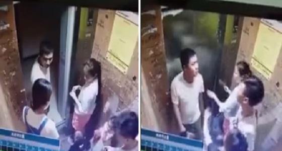 بالفيديو.. رجل يعتدي على زوجته بوحشية داخل مصعد