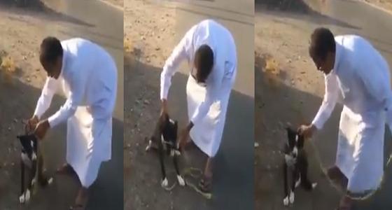 """بالفيديو.. """" مواطن """" يجسد معنى الإنسانية بعد أن فك وثاق كلب"""