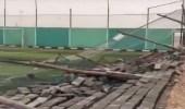 بالفيديو.. الرياح تُدمر سور ملعب كرة قدم في حفر الباطن