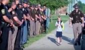 بالفيديو.. طفلاً يذهب إلى مدرسته بصحبة 70 ضابط شرطة