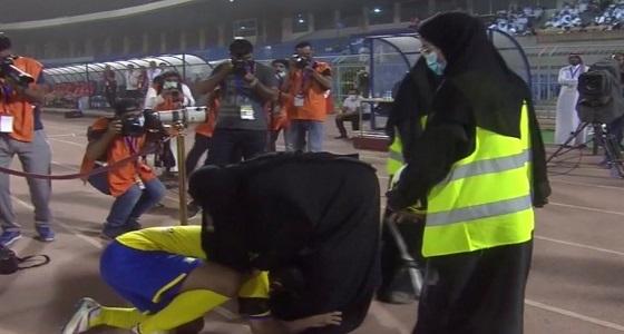 بالفيديو و الصور.. الهريفي يقبل قدم والدته قبل انطلاق مباراة اعتزاله