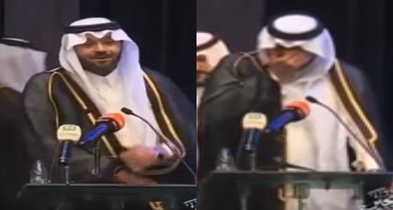 بالفيديو.. الفنان يوسف الجراح يبكي متأثرا خلال حفل تخرج نجله