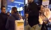 بالفيديو.. إمرأة تلقن زوجها وعشيقته درسا قاسيا في المطار