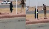 بالفيديو.. رجل أمن يظهر إنسانيته مع مسنة