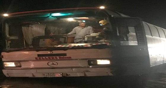 """الدفاع المدني ينقذ 50 راكب احتجزتهم السيول في """" وادي تربة """""""
