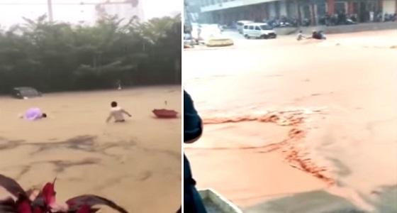 بالفيديو.. لحظة إنقاذ امرأة من الغرق بسبب فيضان