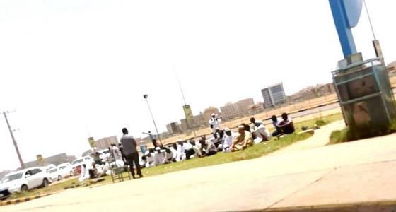 """"""" سودانيون """" يؤدون صلاة الجمعة داخل محطة وقود بالخرطوم"""
