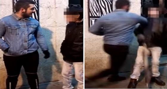 فيديو مروع لمراهق يعتدي بالضرب على عجوز في الشارع