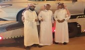 نائب أمير عسير يسلم هدية لأبناء المعلمة ضحية حادث محايل