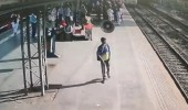بالفيديو.. لحظة انقاذ طفلة من الدهس تحت عجلات القطار