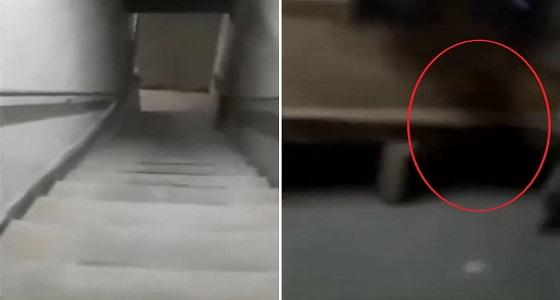فيديو مروع.. يرصد شبح داخل غرفة ملابس للاعبين كرة قدم