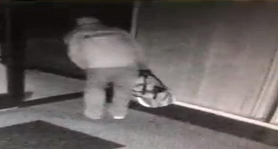 بالفيديو.. لص يدخل في وصلة رقص طريفة لتمكنه من اقتحام مكتب وسرقته