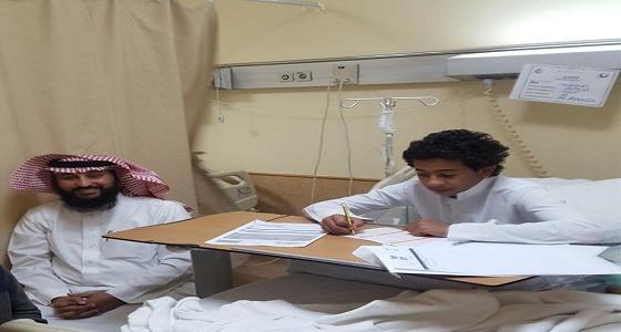 بالصور.. ليتجاوز الطالب المنوم محنته.. معلم يختبره يوميا بالمستشفى