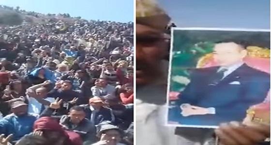 بالفيديو.. شاب يخدع آلاف المواطنين لاتباعه إلى الجبل للبحث عن كنز ثمين