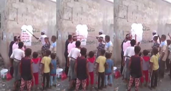 بالفيديو.. اليمنيون يزيلون شعارات الحوثيين بالساحل الغربي