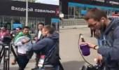 """بالفيديو.. سعوديون يهتفون للملك بموسكو.. وطاقم """" beIN sport """" يغادر الموقع"""